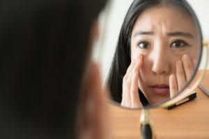 鏡を見て困る女性